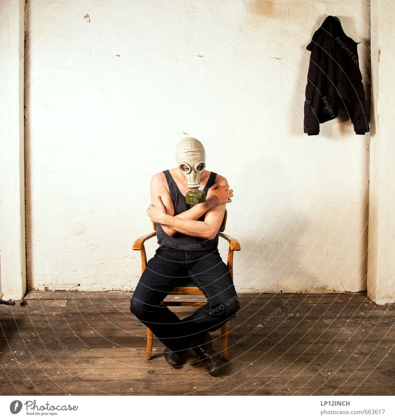 STUDIO TOUR | Zittern vor Angst. III Mensch Mann Erwachsene maskulin Körper sitzen warten 45-60 Jahre gefährlich verrückt bedrohlich berühren retro