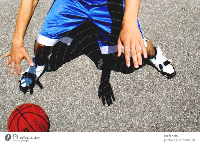 hin und her Hand Sonne blau Freude Sport Spielen Bewegung Ball Asphalt Hose Basketball Dribbling