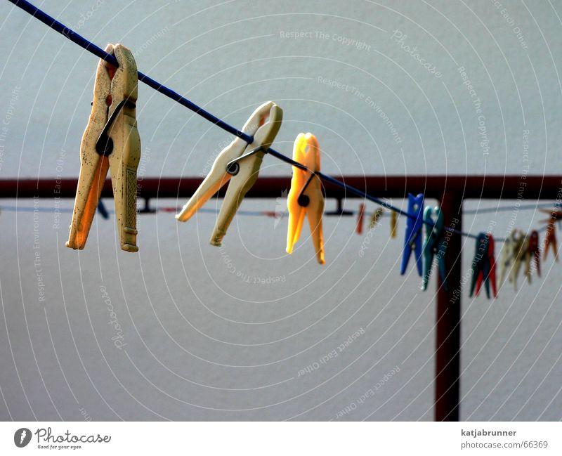 Auf der Leine 2 Seil Perspektive Reihe Wäscheleine Klammer Wäscheklammern