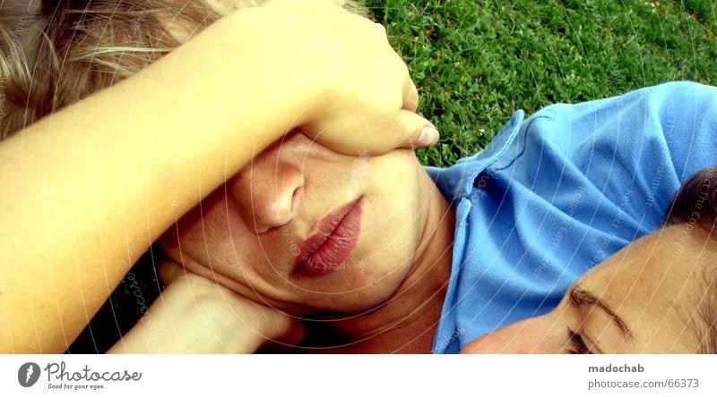 LOVE-BLIND Frau Mensch Mann Jugendliche Sonne Sommer Erholung Liebe Wiese sprechen Gefühle Glück Paar Zufriedenheit Zusammensein Kraft