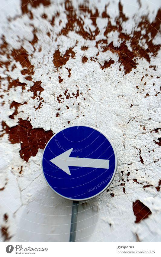 { right direction??? } Schilderwald Richtung finden Mauer Wege & Pfade Methode Schilder & Markierungen wohin? da und dort gegen die wand nix wissen course line