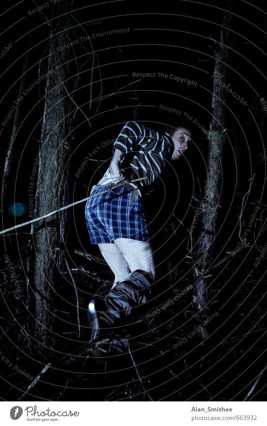 Waldzweisamkeit Mensch maskulin Junger Mann Jugendliche Erwachsene 1 18-30 Jahre 30-45 Jahre Baum Unterwäsche laufen rennen dunkel gruselig schwarz Angst