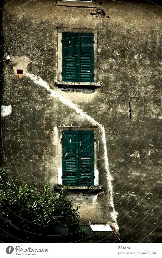 Ab durch die Mitte Haus Fenster Wege & Pfade Linie dreckig Fassade Italien