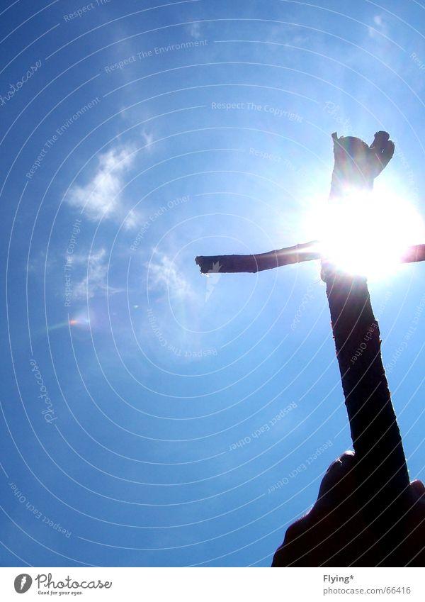sonnenkreuz Hand Himmel Sonne blau Wolken Berge u. Gebirge Rücken festhalten stark Gebet Jesus Christus Gott Götter