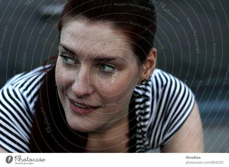 Jil! Junge Frau Jugendliche Kopf Gesicht Sommersprossen 18-30 Jahre Erwachsene T-Shirt Streifenpullover rothaarig langhaarig beobachten Lächeln ästhetisch