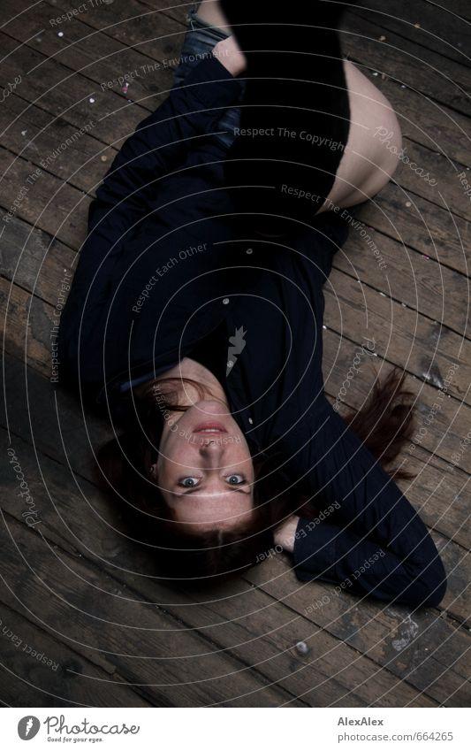 Distanzstörung Junge Frau Jugendliche Kopf Gesicht Beine 18-30 Jahre Erwachsene Hemd Overknees Strümpfe rothaarig langhaarig Dielenboden Holz beobachten liegen