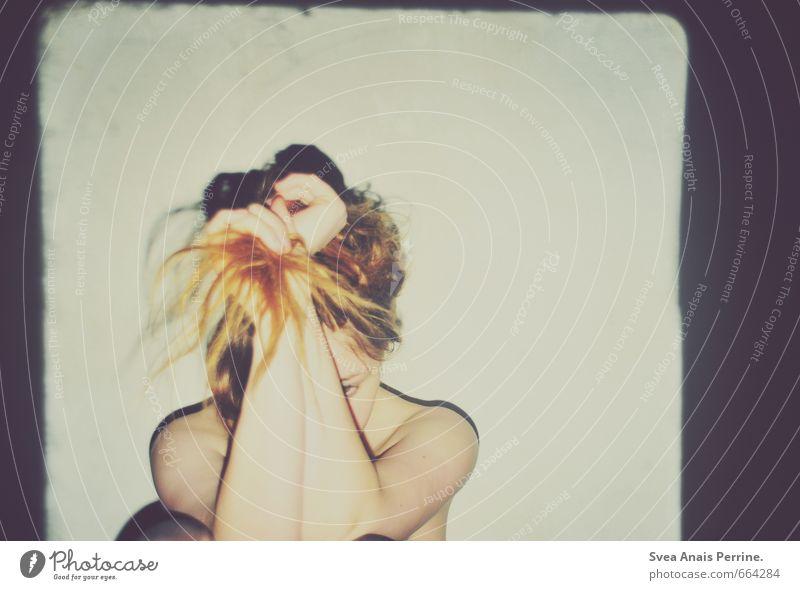 1.333 feminin Junge Frau Jugendliche Arme Hand Mensch 18-30 Jahre Erwachsene Mauer Wand Haare & Frisuren rothaarig sitzen dunkel einzigartig nackt trashig dick