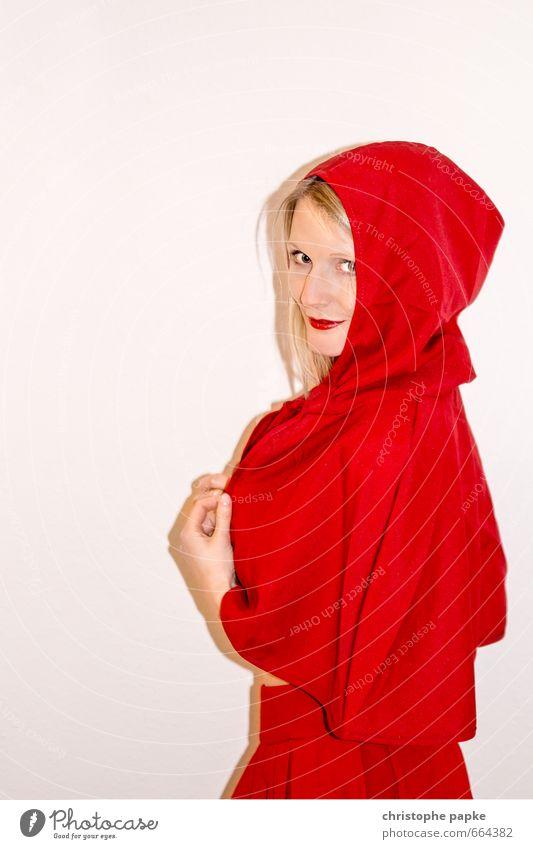 Rotkäppchen Freude Karneval Junge Frau Jugendliche Erwachsene 1 Mensch 18-30 Jahre 30-45 Jahre Veranstaltung Show Party Bekleidung Mantel Kopftuch Blick skurril