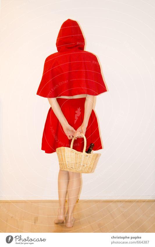 Rotkäppchens Korb Freude Karneval Junge Frau Jugendliche Erwachsene 1 Mensch 18-30 Jahre 30-45 Jahre Veranstaltung Show Bekleidung Mantel Kopftuch stehen