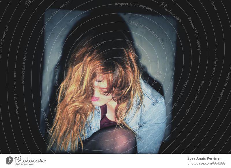 . Stil feminin Junge Frau Jugendliche Haare & Frisuren Knie 1 Mensch 18-30 Jahre Erwachsene Mauer Wand Bekleidung Jeansjacke Strumpfhose rothaarig langhaarig