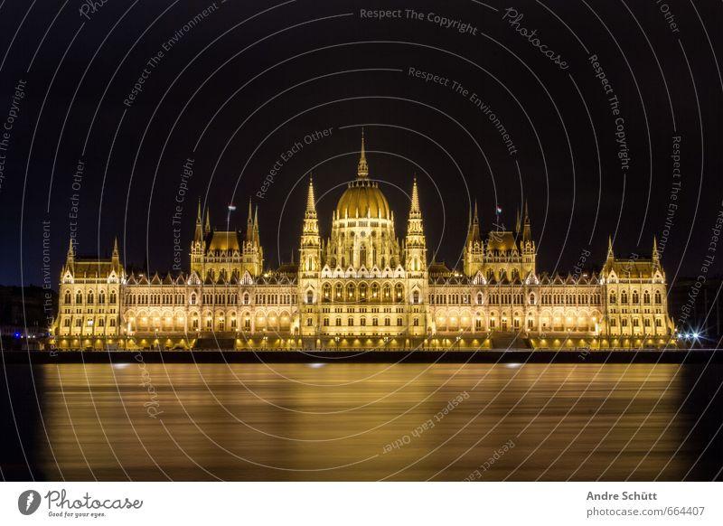 Golden Budapest Ferien & Urlaub & Reisen alt Stadt schön Architektur Gebäude außergewöhnlich Tourismus Stadtzentrum Wahrzeichen Sehenswürdigkeit Palast Donau