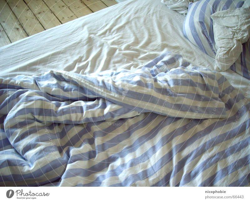 Aufgestanden Bett weiß gestreift Bodenbelag Morgen aufstehen unordentlich Tanzfläche Bettwäsche Bettlaken Kissen Streifen Decke bed bedcover blanket blau blue