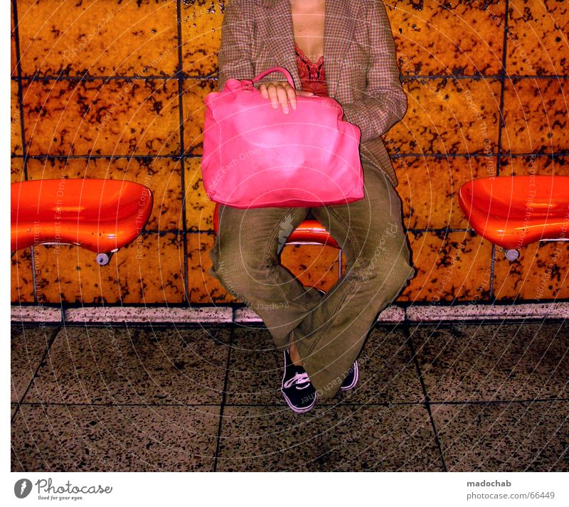 WARTEN IN ORANGE Frau Tasche rosa magenta knallig mehrfarbig Lifestyle ohne kopf sitzen Bank orange kacxheln Beine warten Einsamkeit madochab