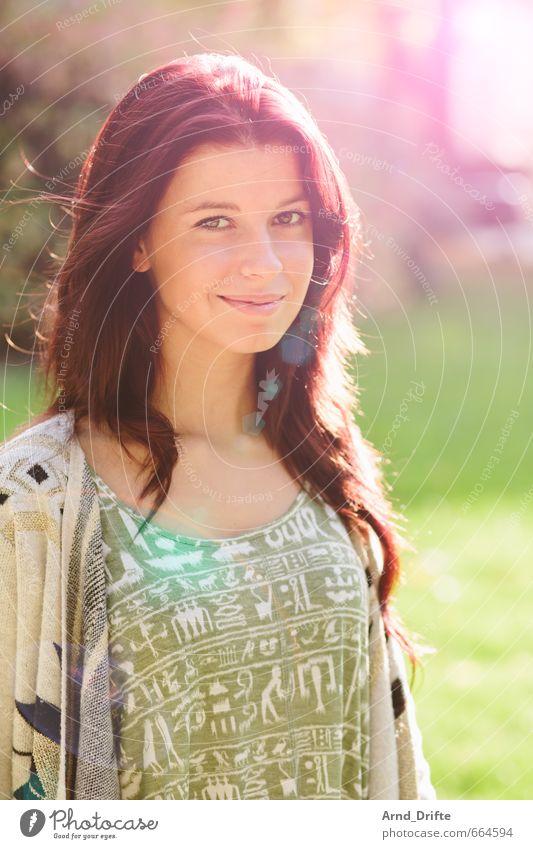 Portrait Mensch Frau Jugendliche schön grün rot Junge Frau 18-30 Jahre Gesicht Erwachsene feminin Haare & Frisuren Garten Mode Park Körper