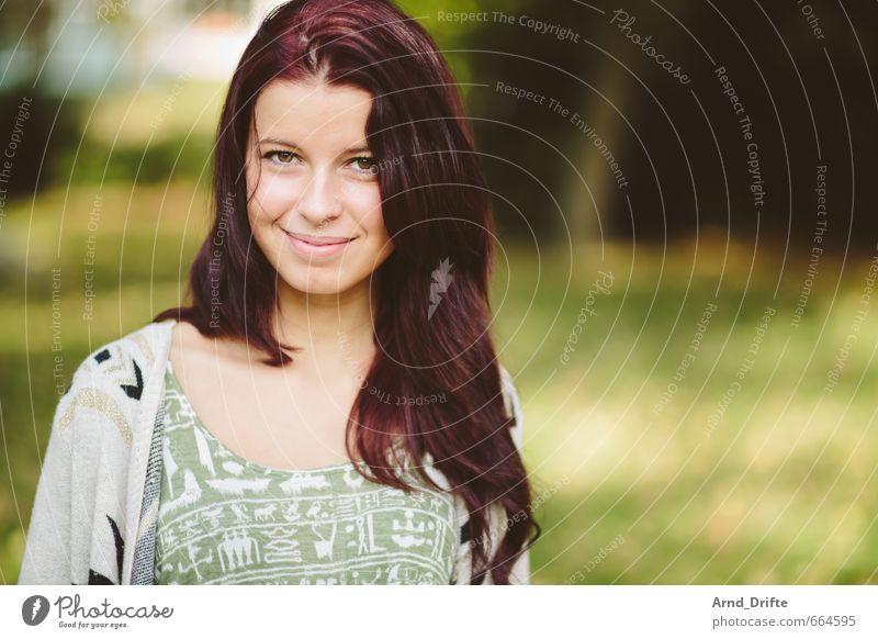 Portrait Mensch Frau Jugendliche schön grün Baum rot Junge Frau 18-30 Jahre Erwachsene Wiese feminin Glück Gesundheit Park Zufriedenheit