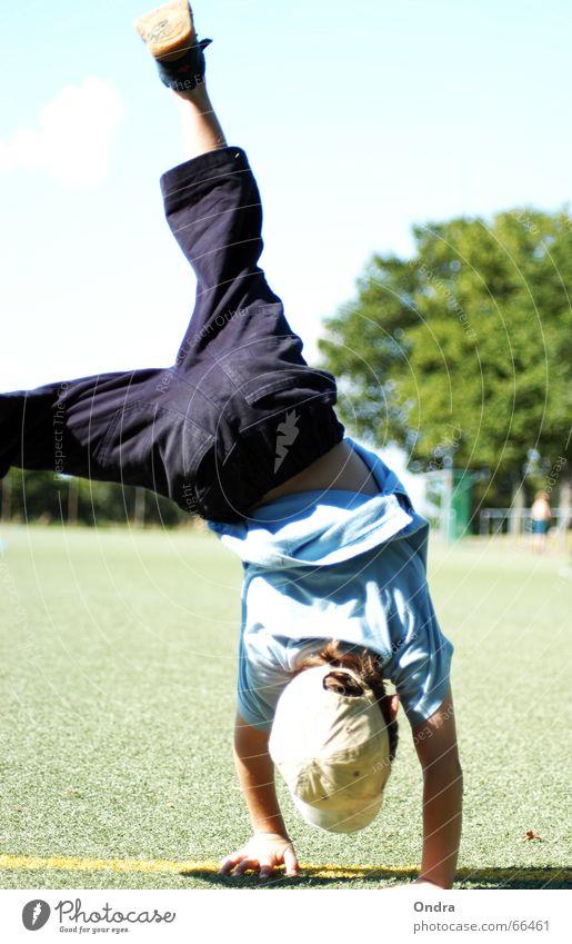 Handständler I Handstand Kind maskulin Artist Turnen Junge Kunstrasen Baum Sträucher Wiese Wolken Sommer heiß Physik Rasen Himmel blau Sonne Wärme Bewegung