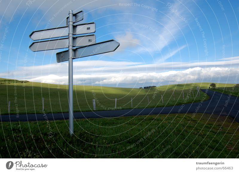 orientierungslos Natur Himmel Wolken Straße Wiese Gras träumen Wege & Pfade Landschaft Feld Angst Schilder & Markierungen Zukunft Frankreich Zaun falsch