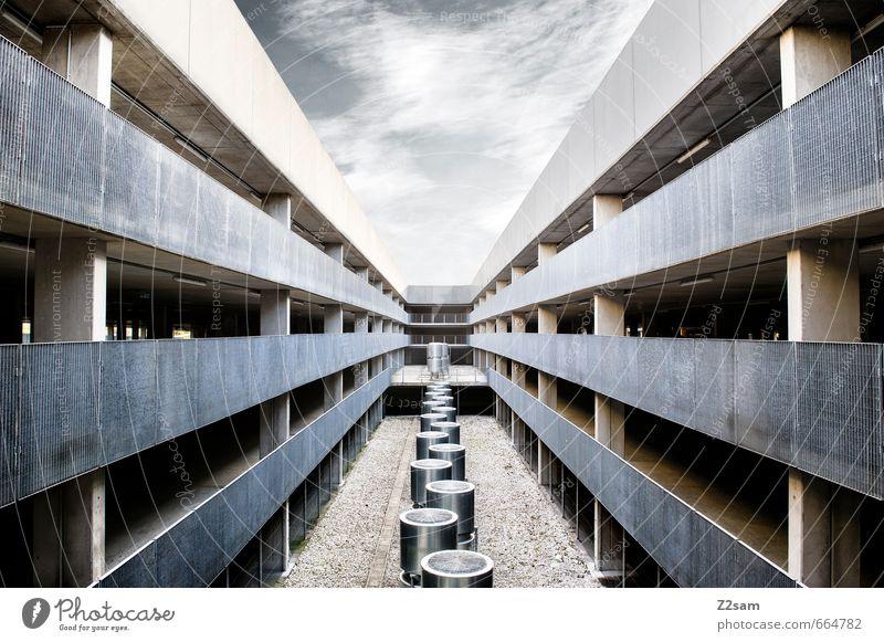 /|\ Himmel Wolken Parkhaus Bauwerk Gebäude Architektur ästhetisch bedrohlich eckig einfach kalt modern Stadt blau grau Design Einsamkeit Ordnung Perspektive
