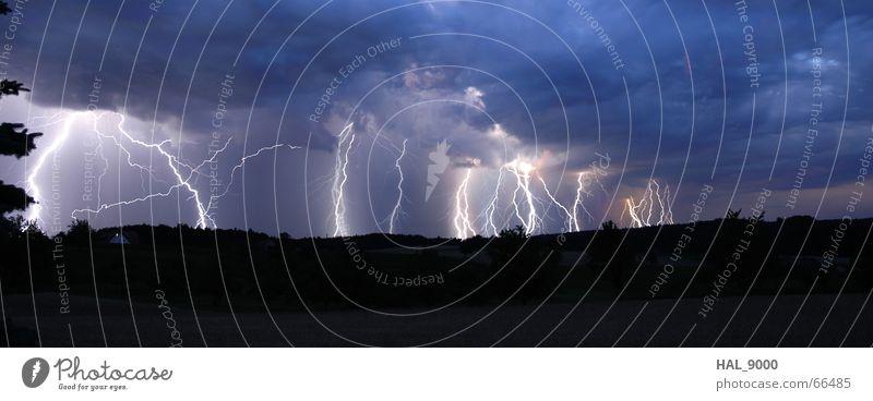 Donnerwetter blau Sommer schwarz Wolken Ferne dunkel grau Regen Wetter groß Elektrizität Sturm Blitze Gewitter Unwetter Panorama (Bildformat)