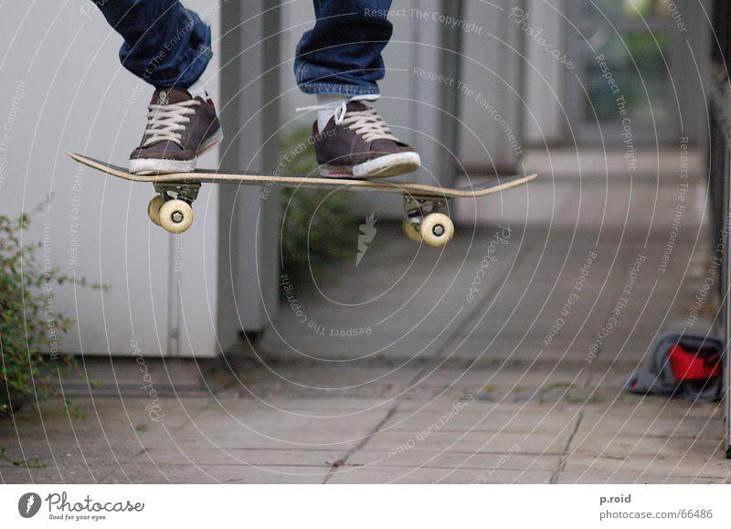 angehalten. Luft Pause Skateboarding circa Beton Stadt stehen springen Kickflip Sport Asphalt Spielen Funsport Extremsport Luftverkehr ollie Feste & Feiern