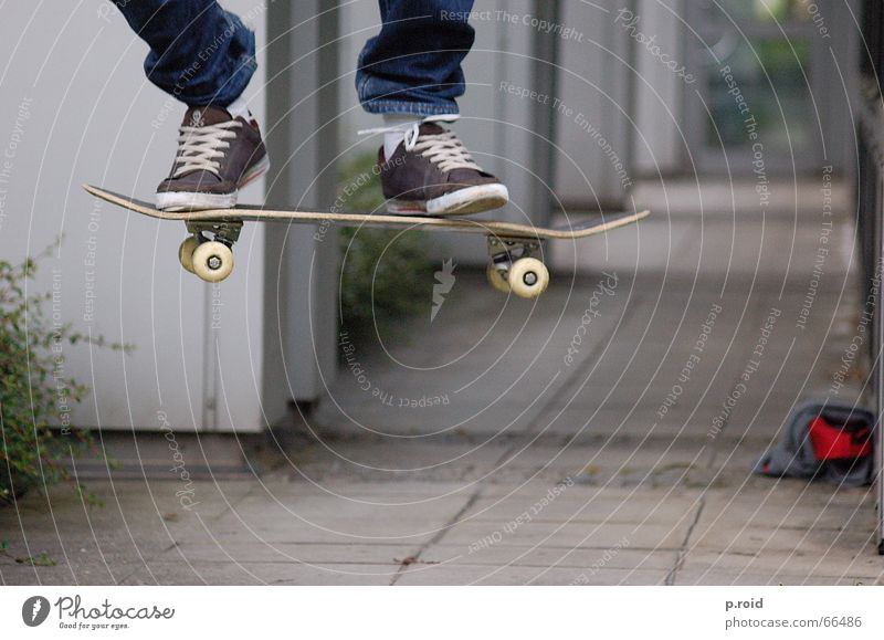 angehalten. Jugendliche Stadt Sport springen Spielen Luft Beine Feste & Feiern fliegen Beton Luftverkehr Pause stehen Asphalt Skateboarding