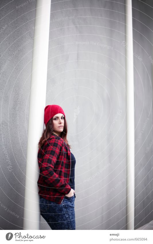 hier. feminin Junge Frau Jugendliche 1 Mensch 18-30 Jahre Erwachsene Mode Mütze trendy grau rot Farbfoto Außenaufnahme Textfreiraum oben Hintergrund neutral Tag