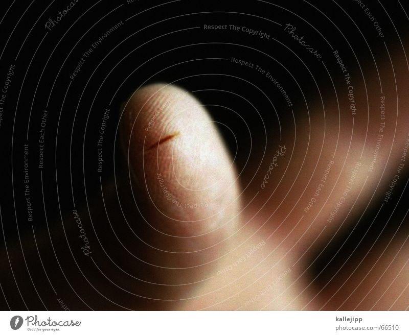 aua! Finger gruselig Schmerz Tiefenschärfe mystisch Blut Scharfer Gegenstand Wunde anschaulich Kruste Schnittwunde