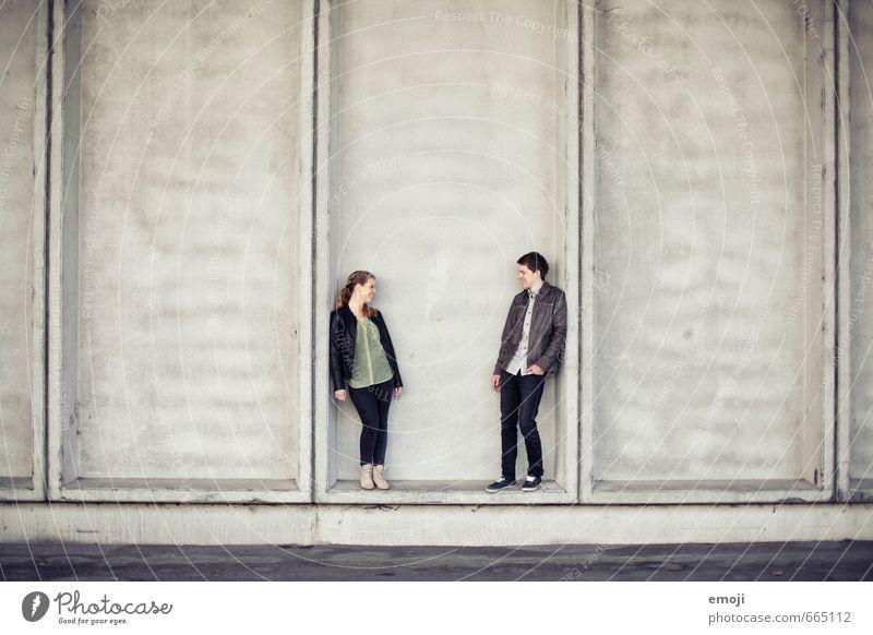 DUO maskulin feminin Junge Frau Jugendliche Junger Mann Freundschaft Paar 2 Mensch 18-30 Jahre Erwachsene Stadt grau Farbfoto Außenaufnahme Hintergrund neutral