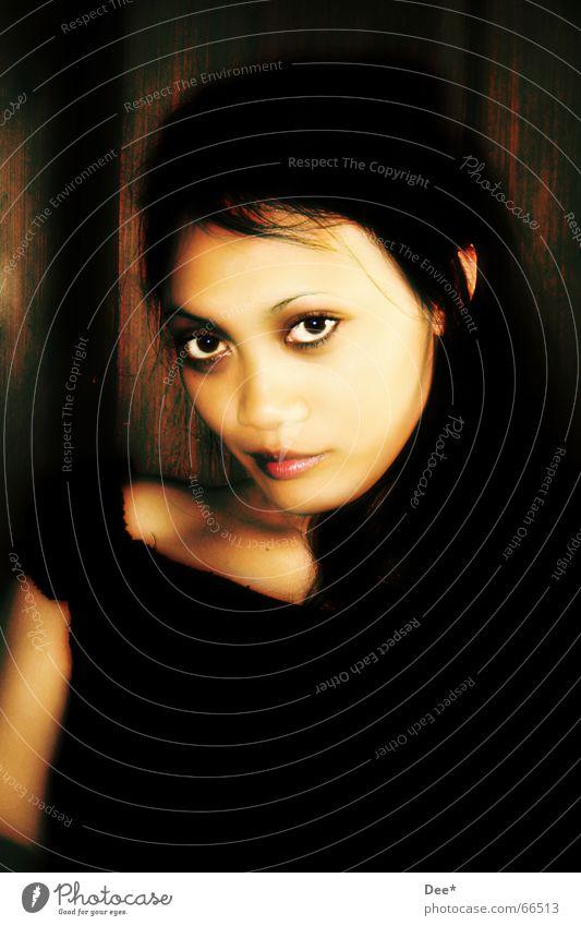 Engel oder ........ ? Frau Asiate gruselig Porträt Trauer schwarz mystisch Holzwand extrem Blick Traurigkeit Gesicht Haut Auge Nase Mund Haare & Frisuren lachen