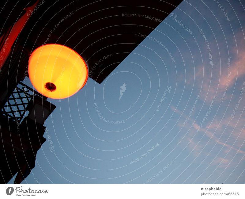 Glubschi Lampe Licht Abend Ferien & Urlaub & Reisen Romantik Beleuchtung Dämmerung Stimmung gehen Italiener Spanier Tapa Promenade light bulb blau blue