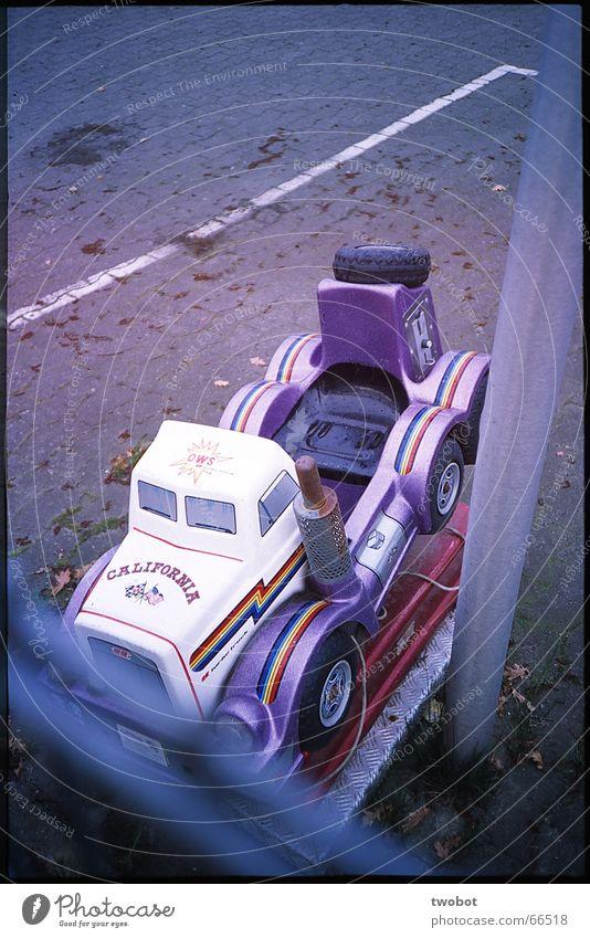 monstertruck Lastwagen Fernfahrer Spielzeug Parkplatz Streifen Zaun Erinnerung blaustich Holga Müll Dia Amerika Kalifornien Fahrgeschäfte Ladengeschäft PKW