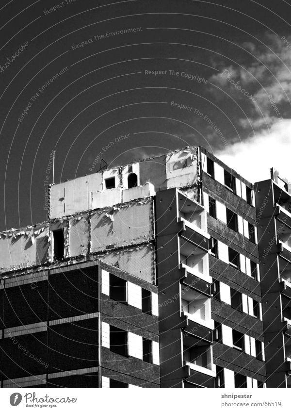Schaaaatz, es zieht! Plattenbau Grünau Demontage Leipzig schwarz weiß Küche Ego-Shooter Sommer Schwarzweißfoto Kontrast schauder elfgeschosser Bogen halflife ii