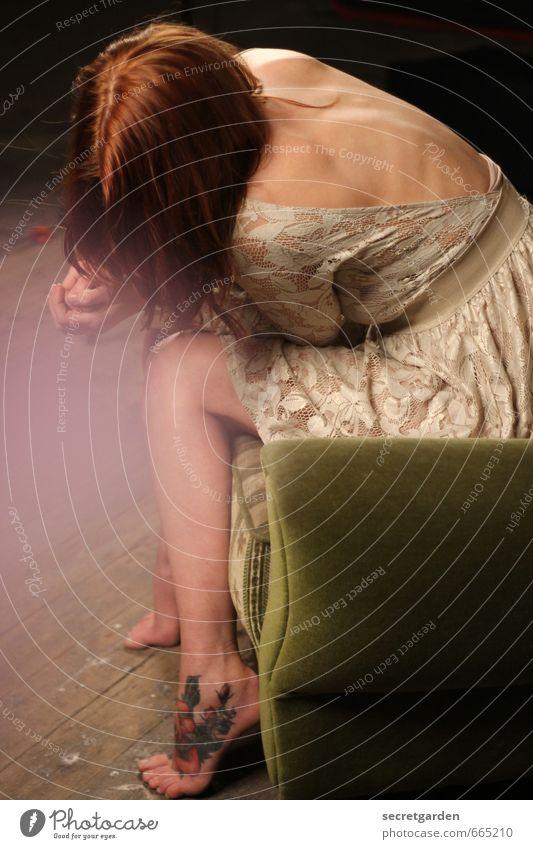 STUDIO TOUR | rosig. elegant Stil Erholung Wohnung Sessel feminin Junge Frau Jugendliche 1 Mensch 18-30 Jahre Erwachsene Kleid Tattoo Haare & Frisuren brünett
