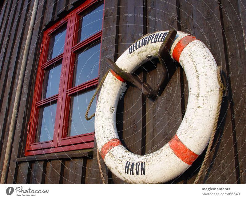 Rettung rot Haus Fenster Holz braun Kreis rund Hafen Rettungsring Bornholm