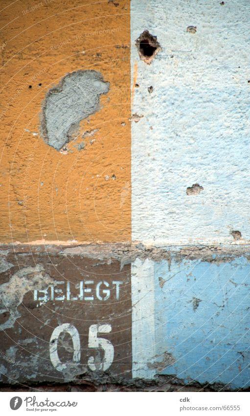 belegt Wand Mauer Putz Anstrich braun Strukturen & Formen Oberfläche Blick Quadrat eckig graphisch abgebröckelter putz Farbe mehrfarbig wandfarbe orange