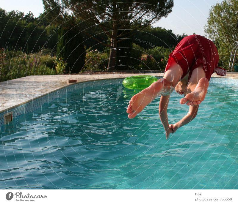 Ab ins kühle! Wasser Sommer Freude Ferien & Urlaub & Reisen springen nass Coolness Schwimmbad Erfrischung kühlen Badehose angenehm