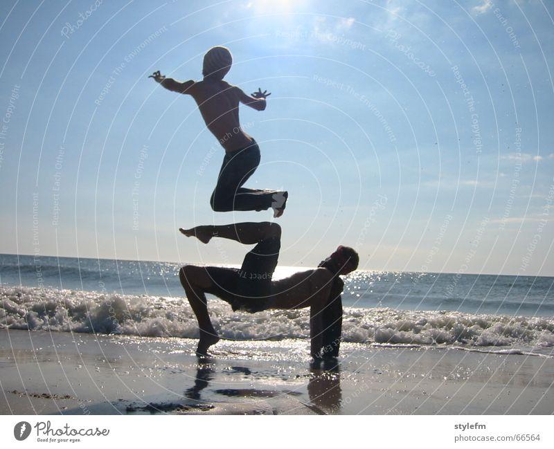parallelwelt schön Sonne Meer blau Freude Strand Ferien & Urlaub & Reisen Wolken Ferne Sport Erholung springen Spielen Freiheit Sand hell