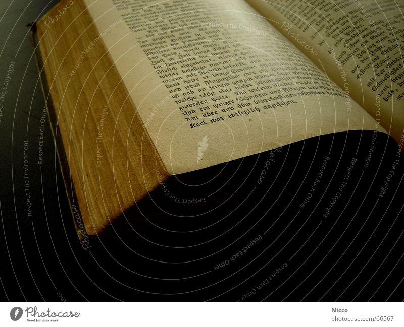 old book. Buch Papier vergilbt Bibliothek Roman lesen alt Seite Schriftzeichen altdeutsch blättern