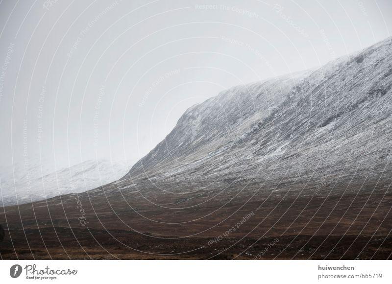 Himmel Natur weiß Landschaft Wolken kalt Berge u. Gebirge Schnee grau Felsen braun Feld Erde Nebel wild Schneebedeckte Gipfel