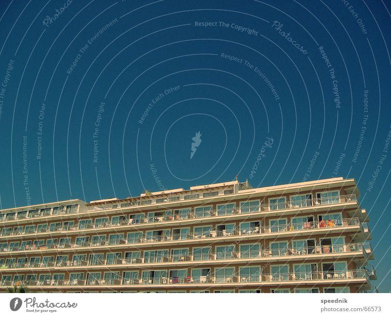 Schönen Urlaub noch ...  I Sommer Sardinen drücken heiß Ferien & Urlaub & Reisen Tourist Hotel Tourismus Massentourismus Mallorca Himmel bettenburg touribunker