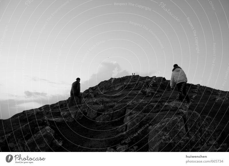 hoch hinausgehen wandern 4 Mensch Landschaft Wolken Hügel Felsen Gipfel ästhetisch Zusammensein natürlich schwarz weiß Lebensfreude Vertrauen Leidenschaft