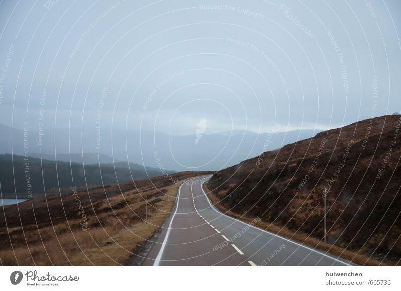 Natur blau Einsamkeit Landschaft Wolken Ferne kalt Berge u. Gebirge Straße braun Feld Nebel wild Zukunft Gelassenheit friedlich