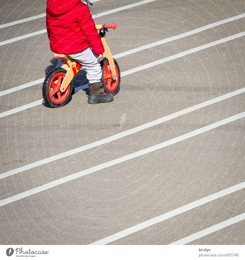 Lust auf `n Rennen Spielen Fahrradfahren Kleinkind 1 Mensch 3-8 Jahre Kind Kindheit Linie warten ästhetisch positiv grau rot weiß Gelassenheit Freizeit & Hobby