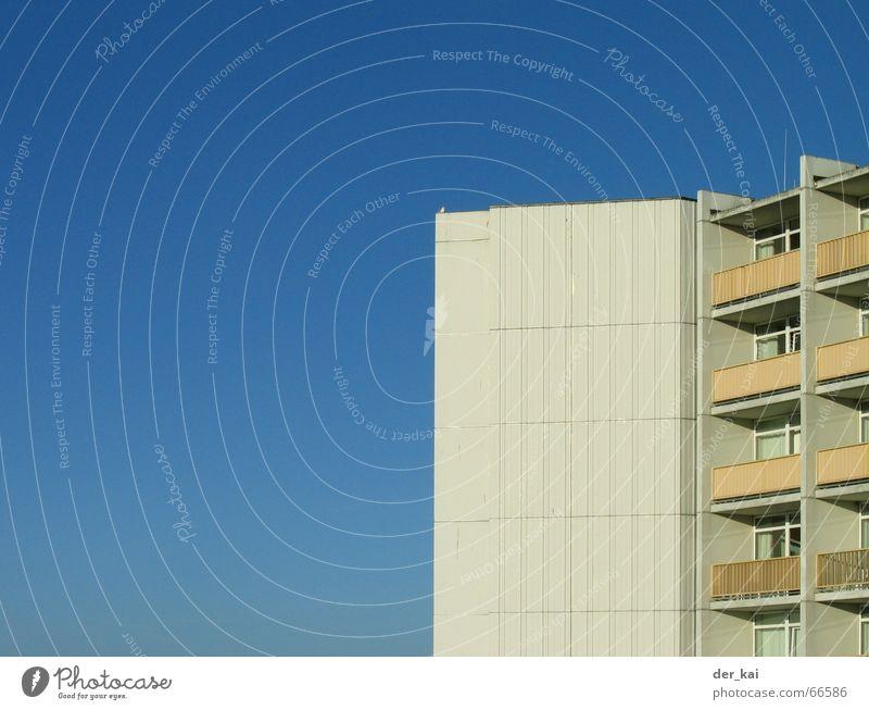 Strandhaus Himmel Meer Strand Ferien & Urlaub & Reisen Haus Erholung Aussicht Hotel Balkon Grad Celsius Textfreiraum Strandhaus Betonklotz