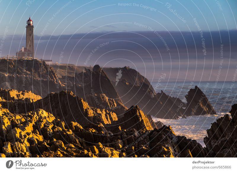 Leuchtturm in Sao Pedro de Muel in Portugal Umwelt Natur Landschaft Pflanze Urelemente Wolken Sommer Klima Klimawandel Schönes Wetter Felsen Wellen Küste Strand