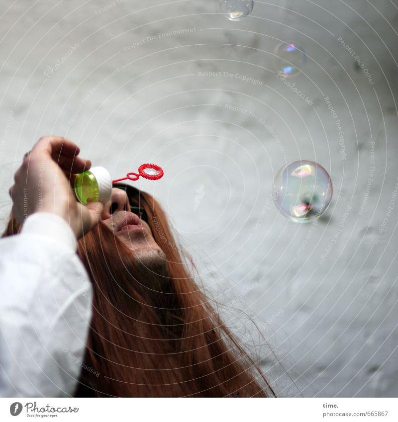 STUDIO TOUR   o°O2.o5°.00ö°:) Mensch 1 Mauer Wand Haare & Frisuren rothaarig langhaarig Seifenblase Stein ästhetisch Idee Lebensfreude Leichtigkeit skurril
