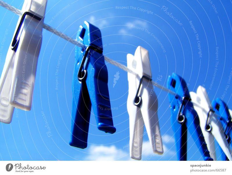 bluewhite line Wäscheklammern weiß trocken trocknen Klammer hängen aufhängen blau Himmel Seil Statue