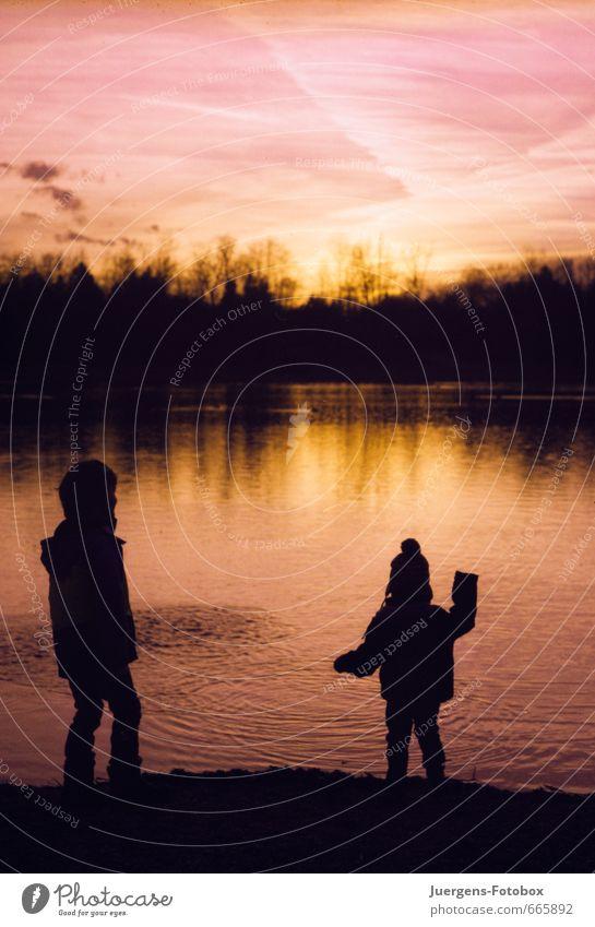 Spielplatz See am Abend Zufriedenheit Kinderspiel Ausflug Abenteuer Strand Wellen Mensch Junge Geschwister Bruder Kindheit 2 Kindergruppe 3-8 Jahre Landschaft