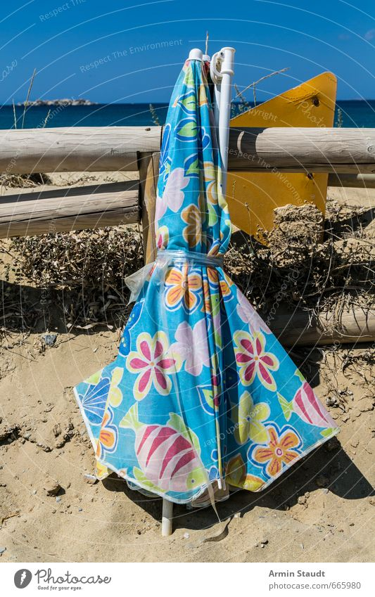 Alter Sonnenschirm am Strand Ferien & Urlaub & Reisen Tourismus Sommerurlaub Wolkenloser Himmel Schönes Wetter alt kaputt trashig blau Einsamkeit Erholung