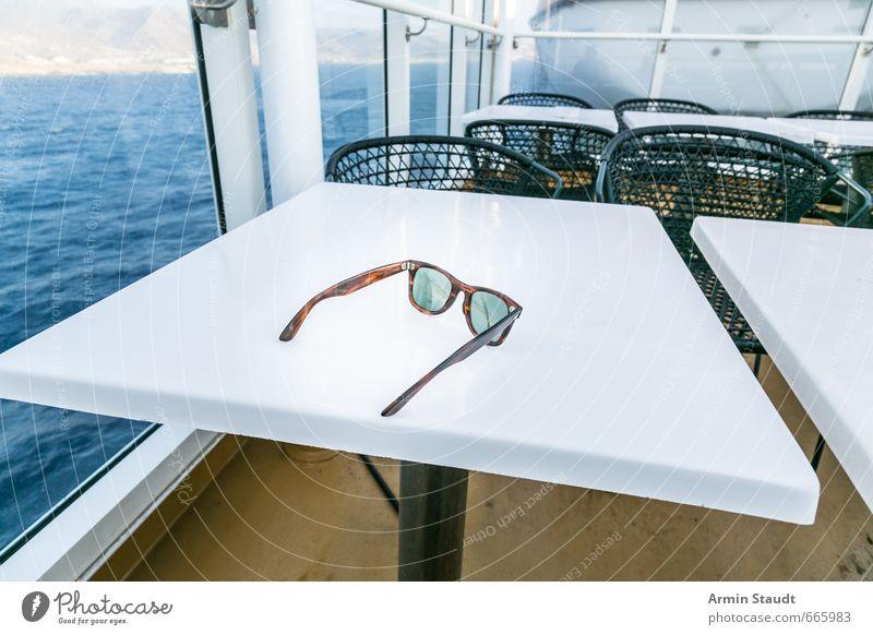 Urlaub - Fähre - Meer - Sonnenbrille - Tisch Ferien & Urlaub & Reisen blau weiß Sommer Erholung Stimmung Lifestyle warten Tourismus authentisch Europa